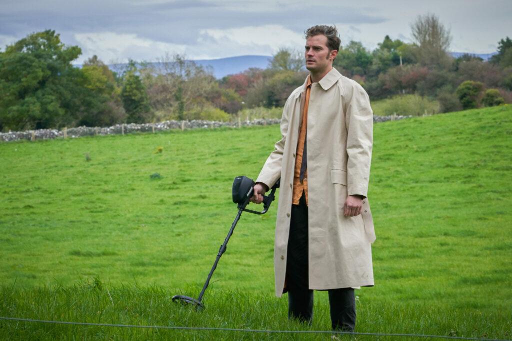 """In """"Der Duft von wildem Thymian"""" ist Anthony (Jamie Dornan) mit einem Metalldetektor unterwegs"""
