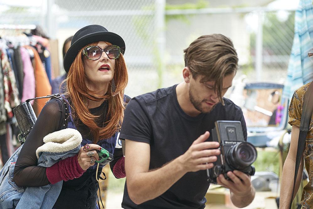 Laura Albert (Laura Dern) trägt eine rothaarige Perücke mit Sonnenbrille und Hut und ist mit einem Kameramann am Filmset zu in Zu schön um wahr zu sein - die JT LeRoy Story.