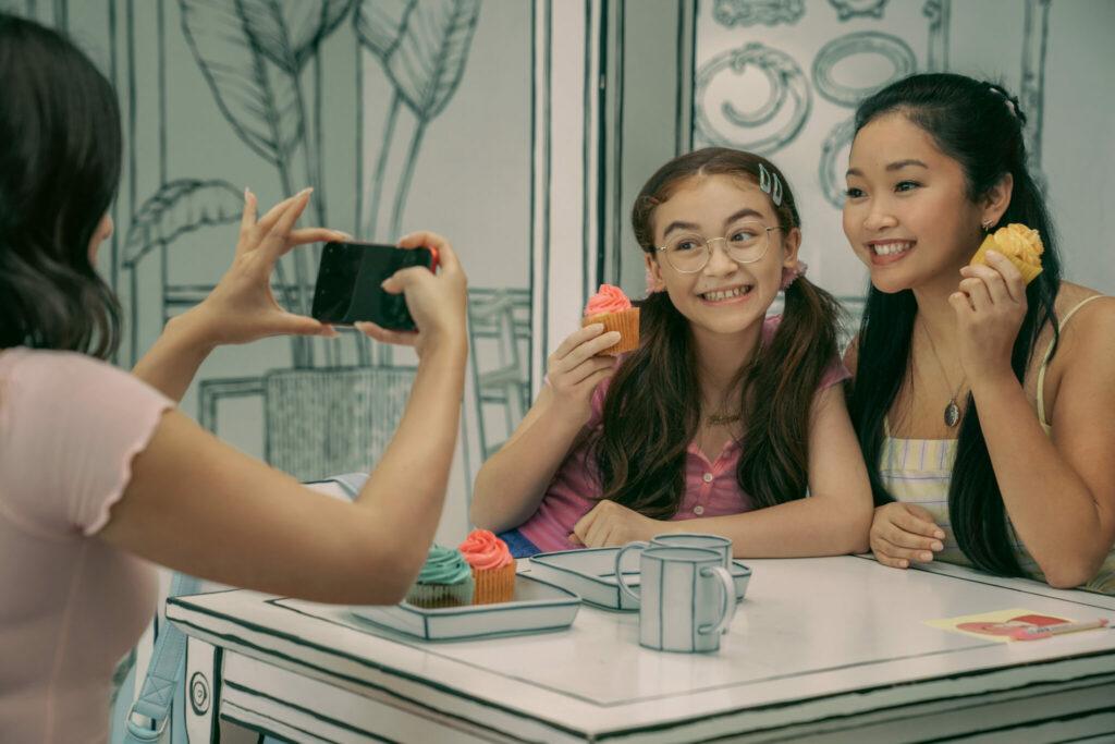 Lara Jean lässt sich mit einer Freundin fotografieren - Neu auf Netflix im Februar 2021