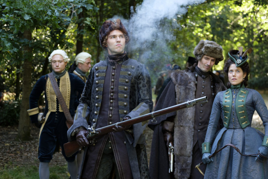 Peter III. (Nicholas Hoult) steht mit einer rauchenden Muskete im Wald, The Great