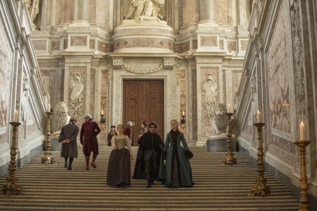 Katharina, Marial und Orlov gehen die Treppe des Palastes hinab, The Great