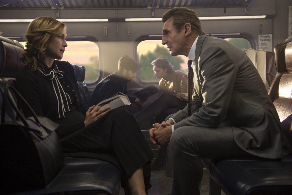 """Michael MacCauley (Liam Neeson) lässt sich auf ein verhängnisvolles Angebot der fremden Joanna (Vera Farmiga) ein in """"The Commuter"""" ©StudioCanal"""