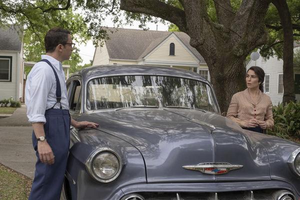 Lewis und Maja sehen sich über die Motorhaube ihres blauen Wagens an und diskutieren - The Secrets We Keep