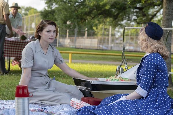 Thomas' beunruhigte Frau und Maja sitzen beim Picknick auf dem Rasen - The Secrets We Keep