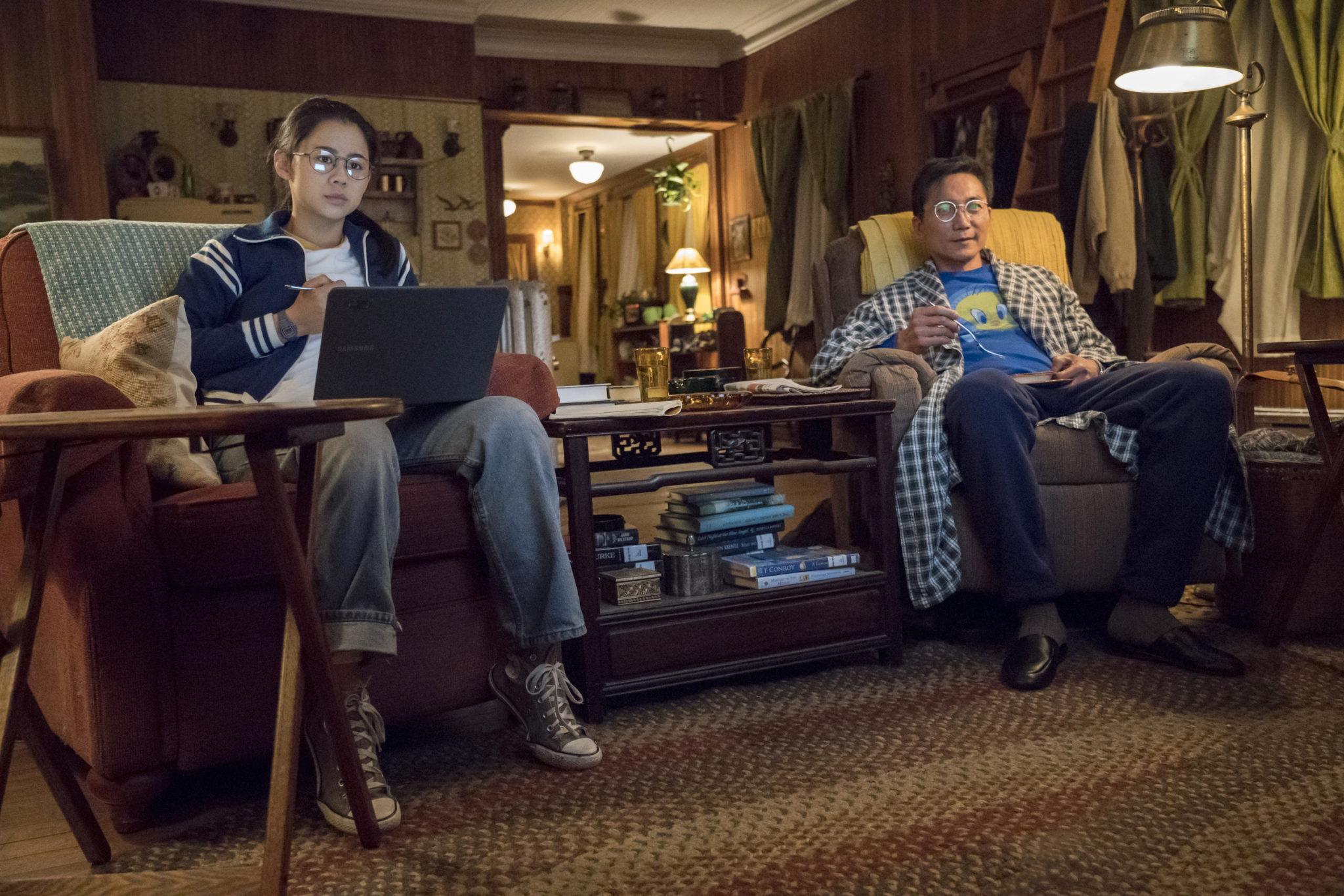 Ellie und ihr Vater sehen gemeinsam fern in Nur die halbe Geschichte