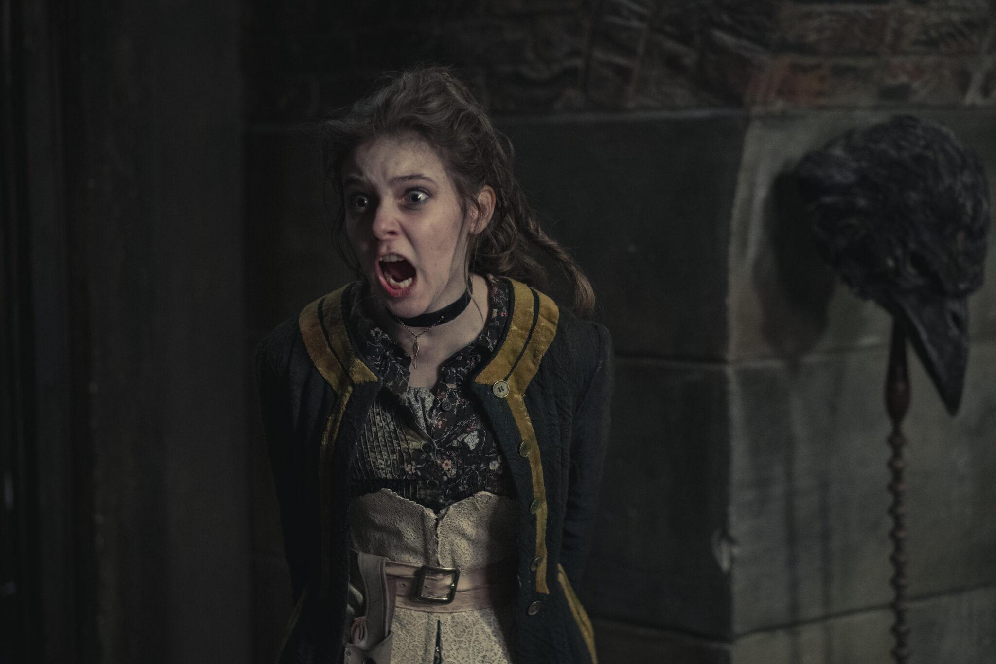 Jessie (Darci Shaw) schreit mit erschrockenem Gesicht in Die Bande aus der Baker Street.