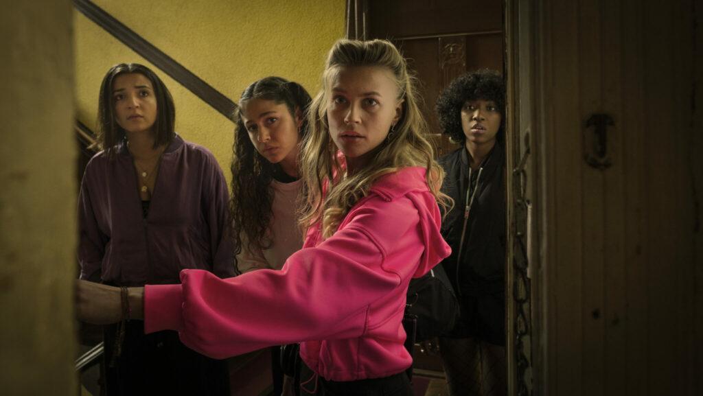 """Die vier Hauptdarstellerinnen von """"Para - Wir sind King"""" schauen geschockt in eine offene Wohnungstür hinein."""