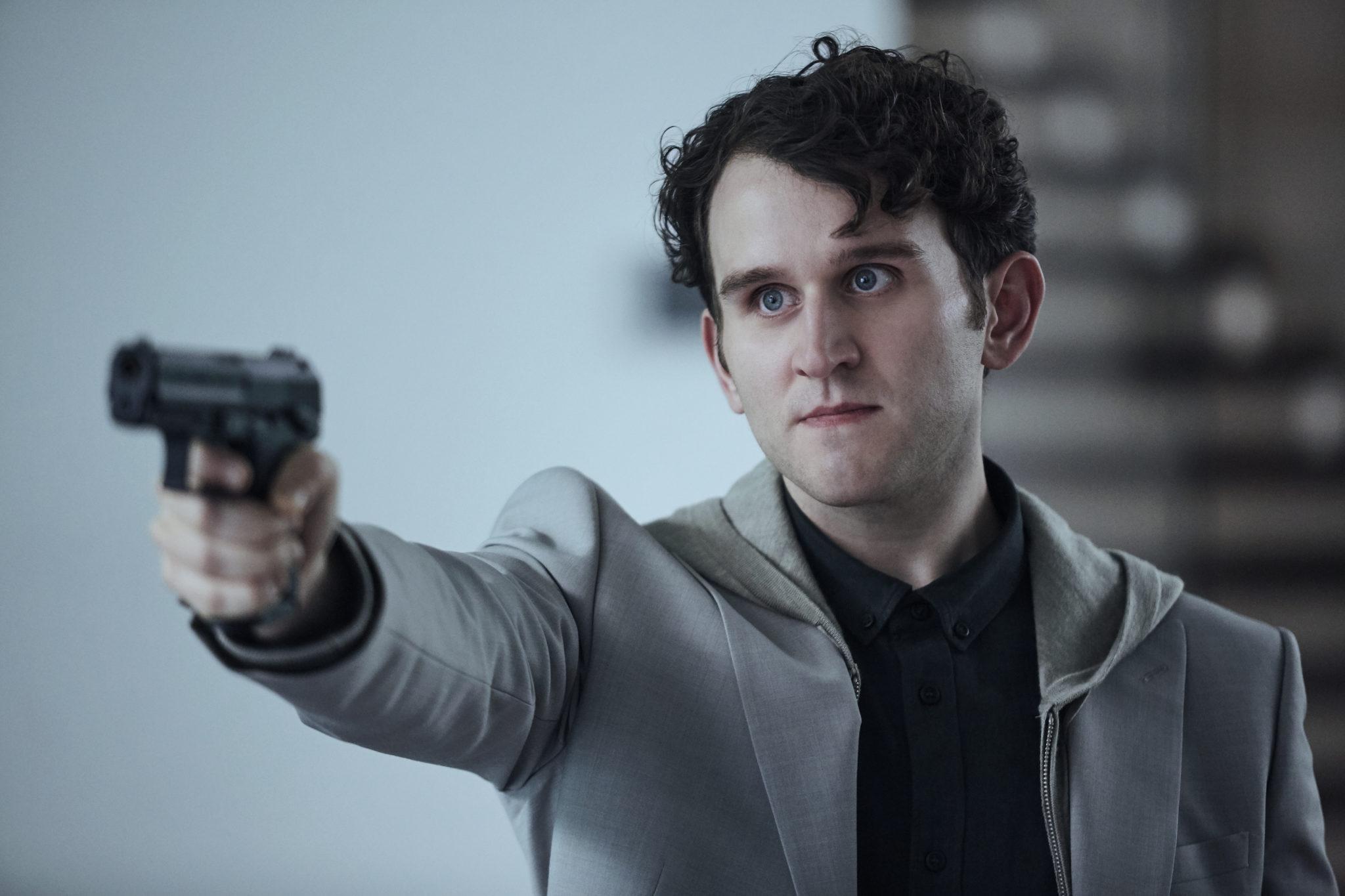 Merrick bedroht sein Gegenüber mit einer Pistole
