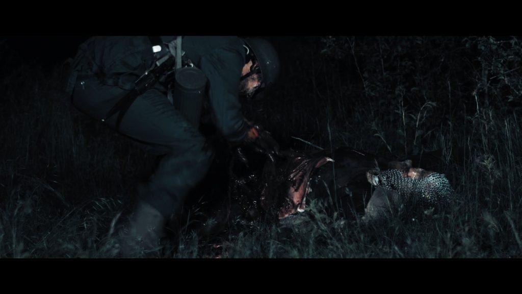 Uniformierter Zombie knabbert an einem Wikinger in The Rise Of Valhalla