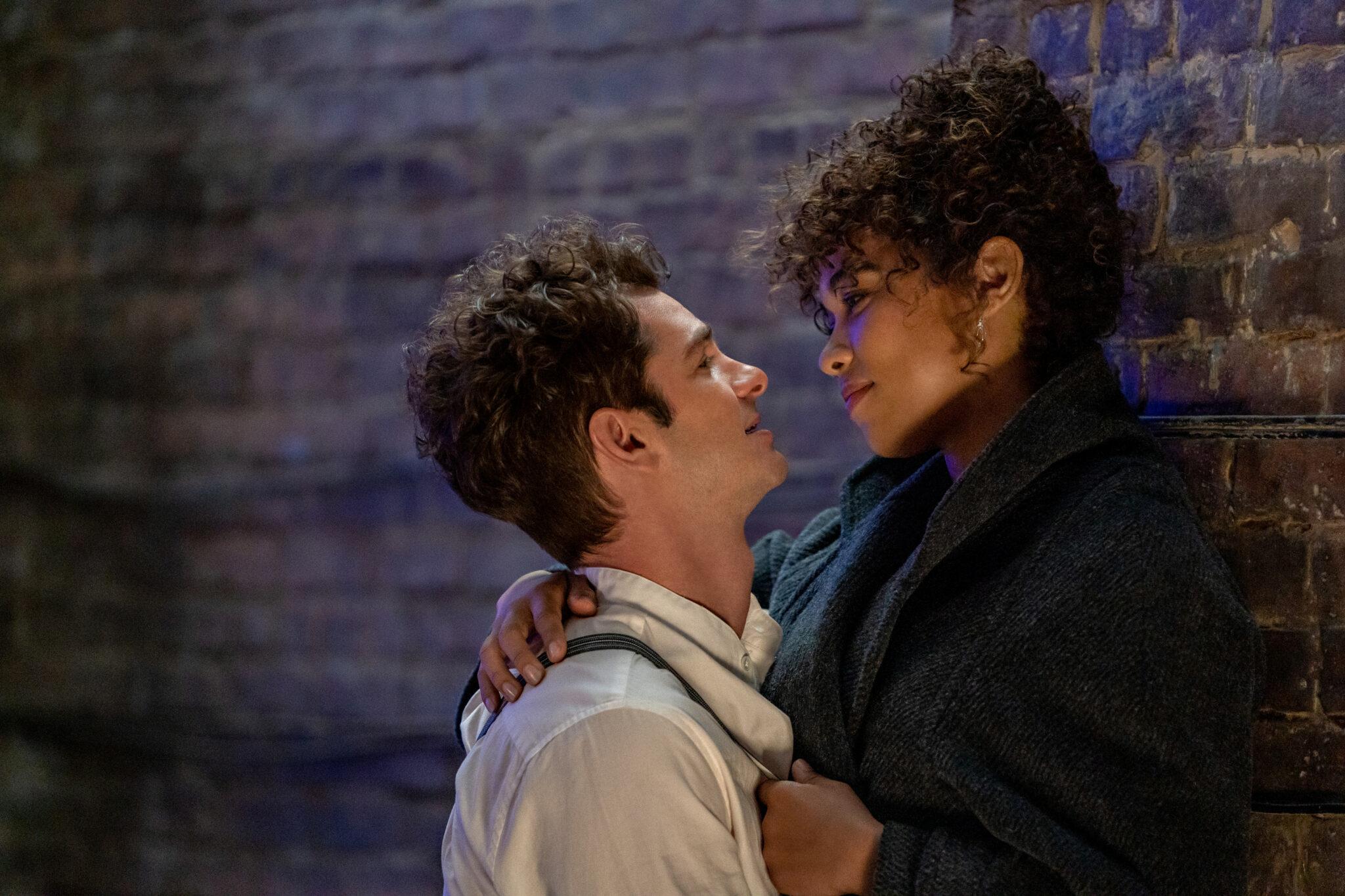 Andrew Garfield eng zusammen an einer Steinmauer mit Alexandra Shipp
