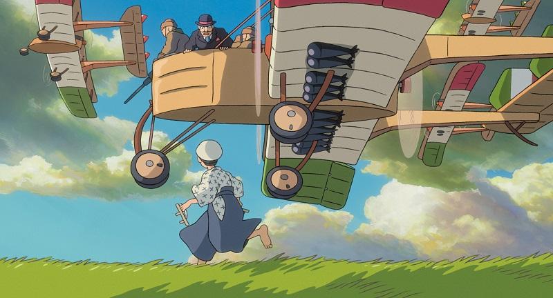 Eine Frau sieht hoch zu der Flotte aus Holz gefertigter Kriegsflugzeuge im Anime Wie der Wind sich hebt