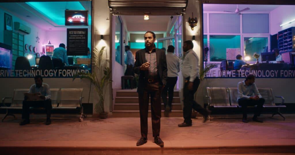 Balram steht vor einem Laden, er hat den Aufstieg aus den Slums geschafft - Neu auf Netflix im Januar 2021