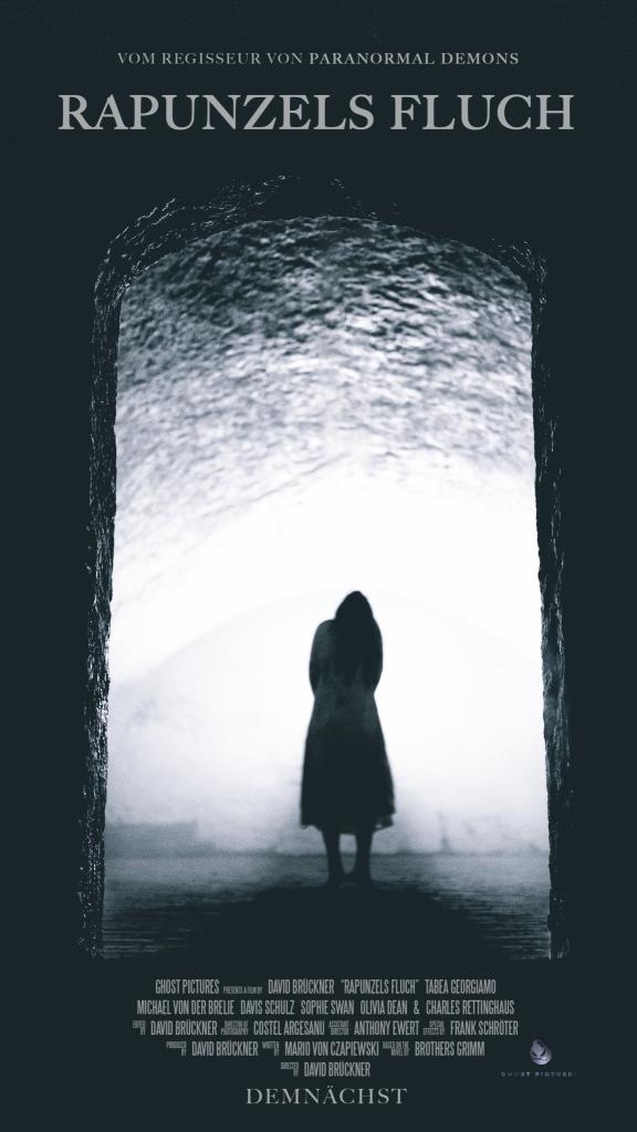 Das erste Teaser-Poster zu Rapunzels Fluch: Ein dunkles Mädchen steht im Nebel zwischen dunklen Pforten.