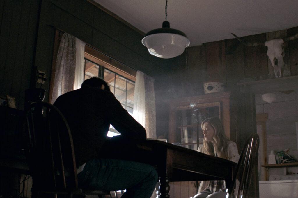 """Louise und Michael müssen den Tod der Mutter verarbeiten in """"The Dark and the Wicked"""" © Indeed Film"""