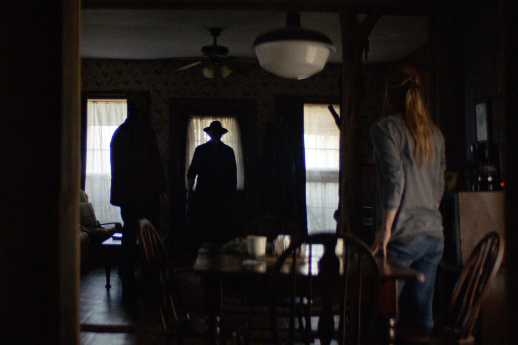 """Die beiden Geschwister werden von dunklen Gestalten heimgesucht in """"The Dark and the Wicked"""" © Indeed Film"""