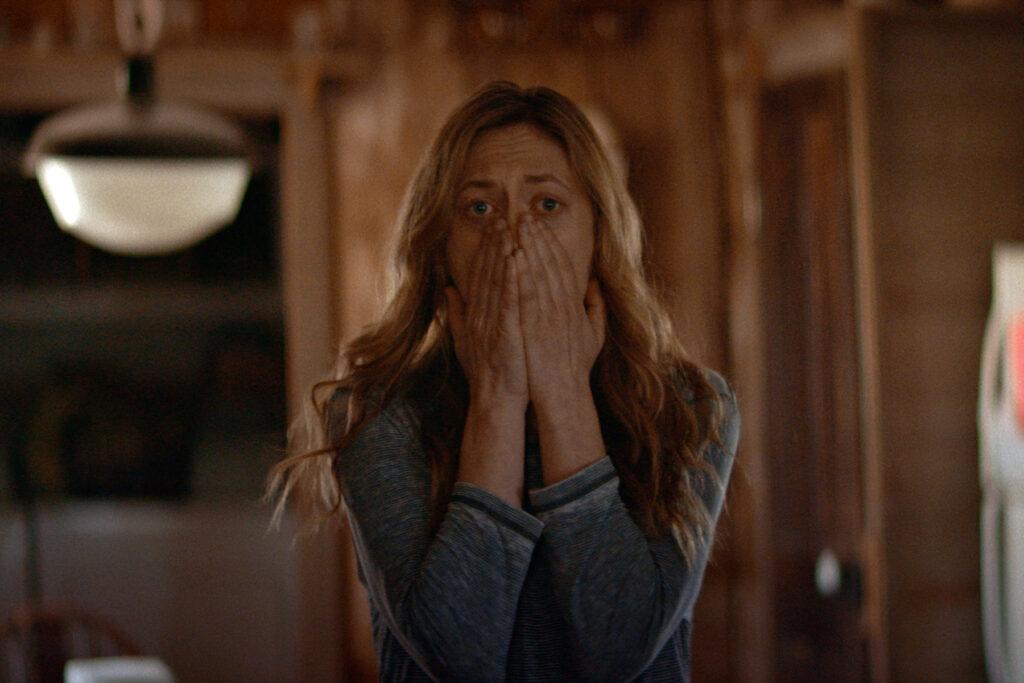 """Louise (Marin Ireland) traut ihren Augen nicht in """"The Dark and the Wicked"""" © Indeed Film"""