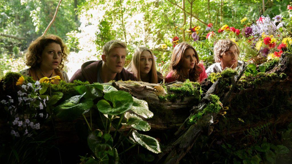 Die fünf Teenager hocken geduckt hinter einem umgekippten Baumstumpf und können ihren Augen nicht trauen.