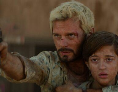Paul, gespielt von Hugo Becker, beschützt Elma, gespielt von Lya Oussadit-Lessert mit vorgehaltener Waffe.