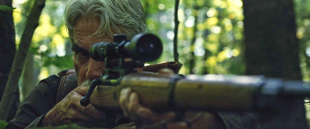 Sam Elliott legt mit dem Gewehr an in The Man Who Killed Hitler and then the Bigfoot