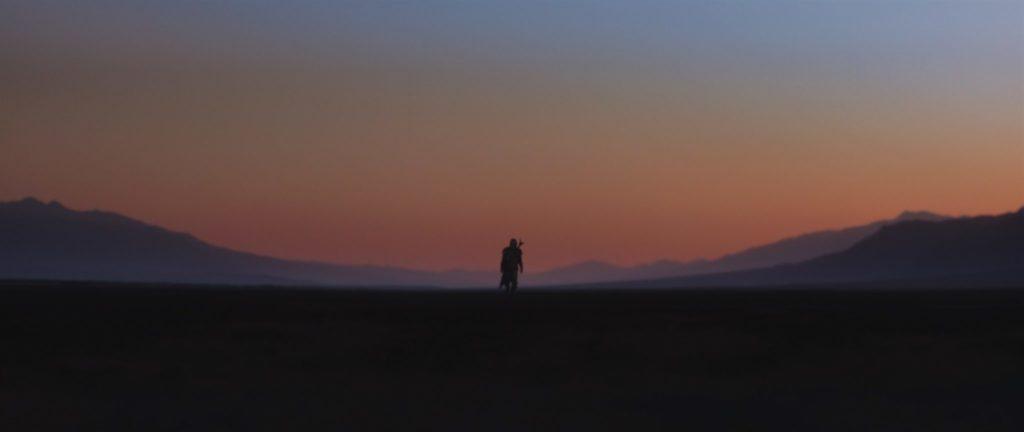 """Der Mandalorianer wandert alleine durch die Wüste in """"The Mandalorian"""""""