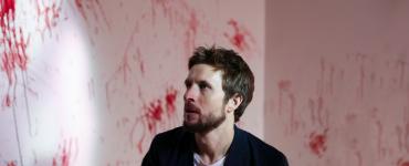 Sam wacht in der blutverschmierten Wohnung seiner Ex auf | The Night Eats the World (©EuroVideo)