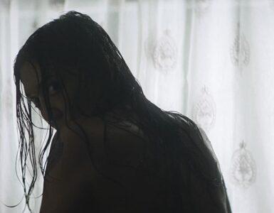 Im Bild zur The Witch Next Door blickt die Hexe über die Schulter in die Kamera © Koch Films