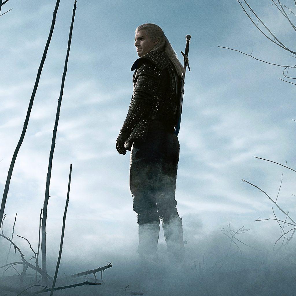 Hexer Geralt von Riva in der The Witcher Serie. (Ja, Geralt trägt nur EIN Schwert, weil sich die Serie an den Romanen und nicht an den Videospielen orientiert!) © Netflix