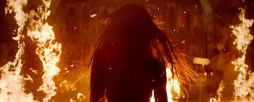 Eine weibliche Silhouette läuft aus dem Feuer