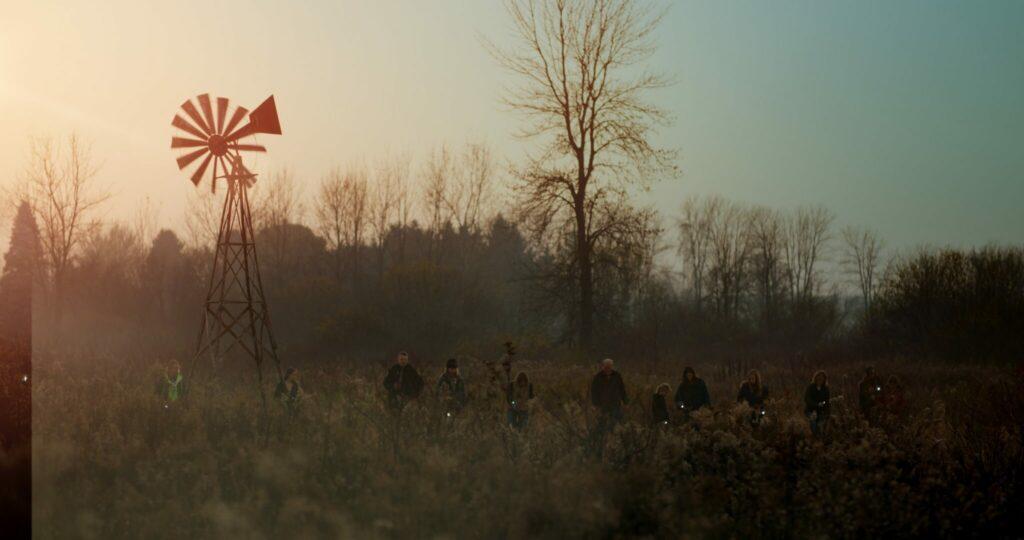 Einwohner suchen in The Field - Das Geheimnis der Farm das Feld nach der vermissten Edith ab.