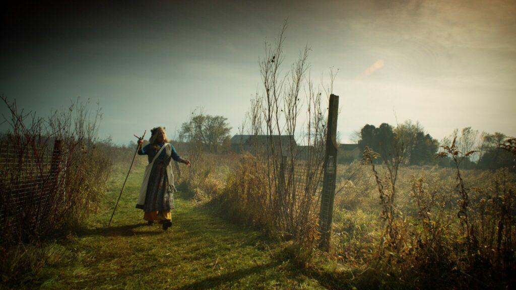 Die verwirrte Edith läuft über das Feld.