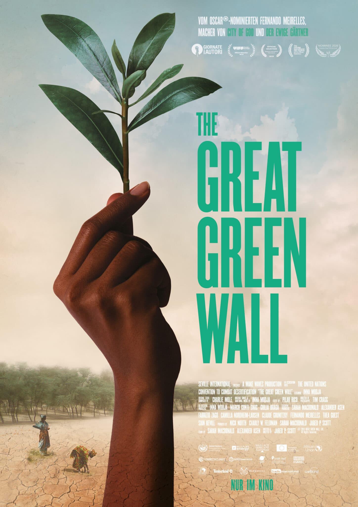 Das Poster zu Great Green Wall zeigt eine schwarze Hand, die eine Pflanze nach oben streckt. Daneben befindet sich in knalligem Grün der Titel.