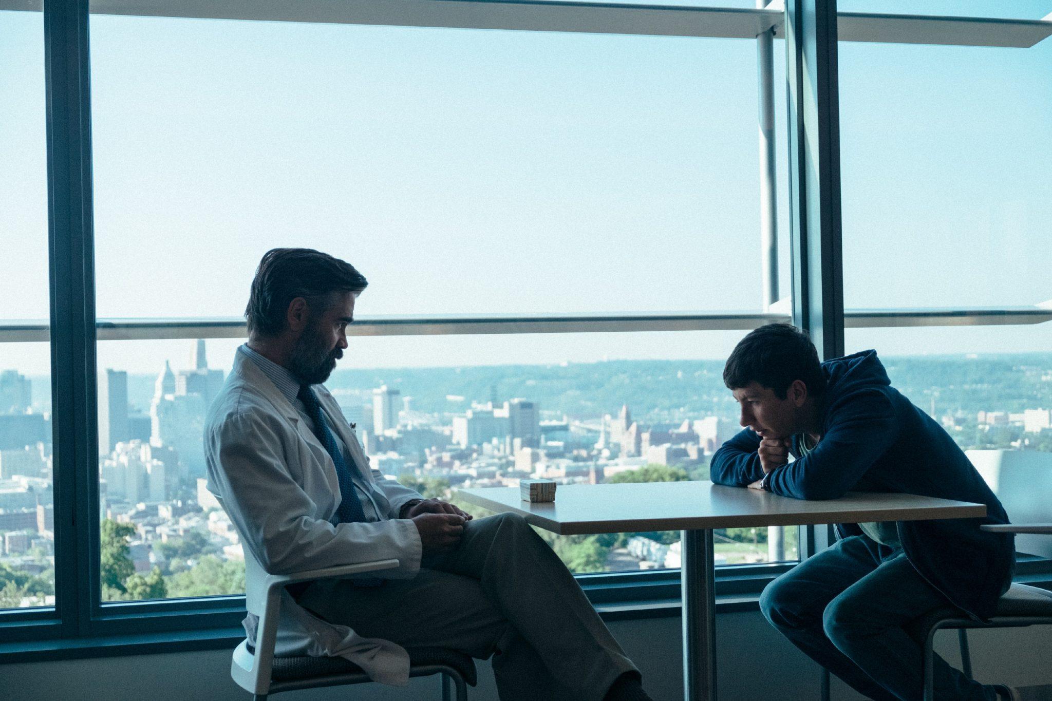 Steven (Colin Farrell) erfährt Unheilvolles von Martin (Barry Keoghan) in The Killing of a Sacred Deer, einem der besten A24-Filme.