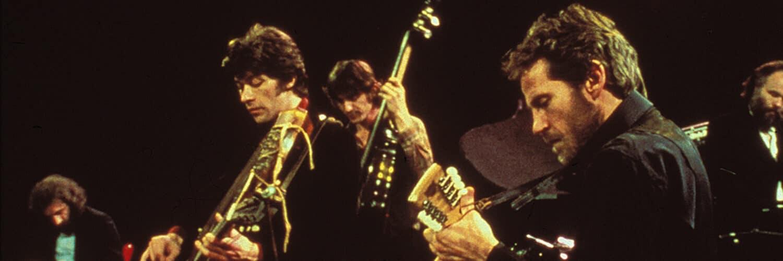 Die fünf Bandmitglieder sind mit ihren Instrumenten beschäftigt. Von links nach rechts: Richard Manuel, Robbie Robertson, Rick Danko, Levon Helm und Garth Hudson.