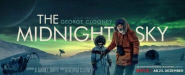 Der Titel The Midnight Sky steht längs in Großbuchstaben über das Titelbild geschrieben. Man sieht George Clooney in einer orangen Jacke mit Caoilinn Springall in einer grauen Jacke. Im Hintergrund sieht man die arktische Eiswüste und einen vom Nordlicht grün erleuchteten Himmel.
