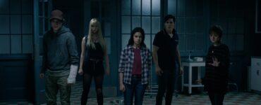 """Charlie Heaton als Sam, Anya Taylor-Joy als Illyana, Blu Hunt als Dani, Henry Zaga als Bobby und Maisie Williams als Rahne stehen in einem verlassenen Krankenhaussaal und blicken angespannt in die Kamera in """"The New Mutants""""."""
