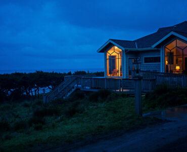 Ein wunderschönes Ferienhaus steht direkt am Meer.