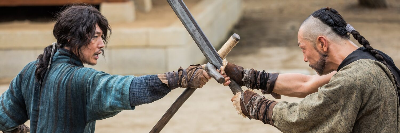 Tae-yul (Jang Hyeok) kreuzt in The Swordsman mit einem Gegner die Klingen.