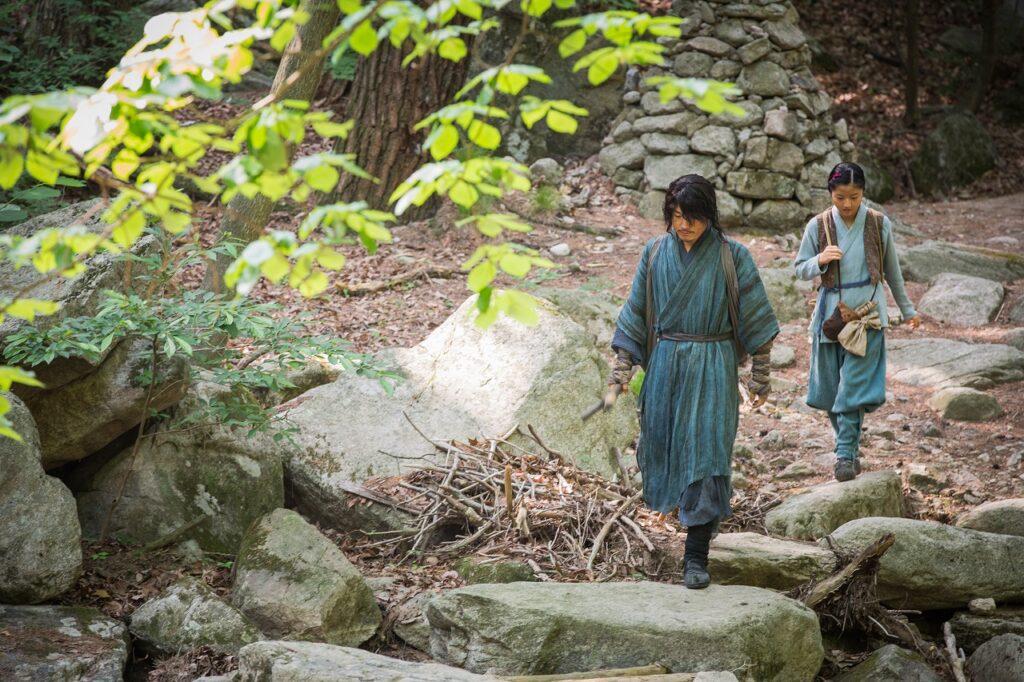 Jang Hyeok geht mit seiner Filmtochter Kim Hyeon-soo einen steinigen Weg entlang - The Swordsman.