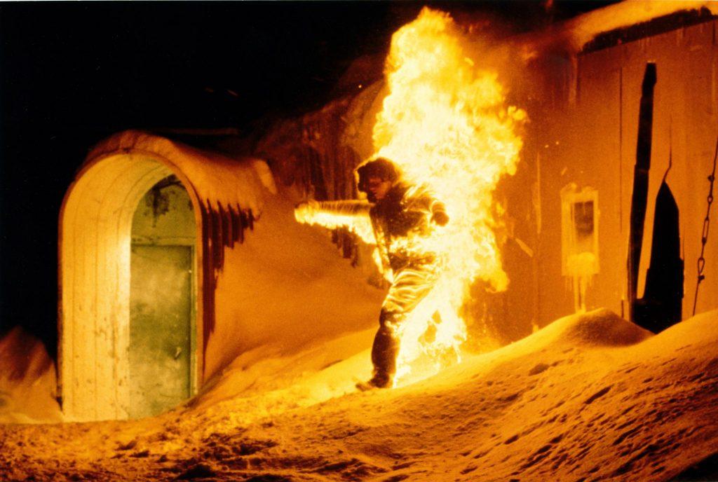 Ein am ganzen Körper lichterloh in Flammen stehender Mensch flüchtet aus der Forschungsstation