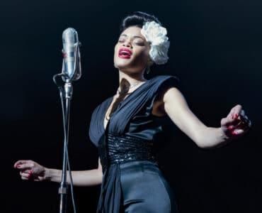 Andra Day als Billie Holiday singt energisch auf der Bühne.
