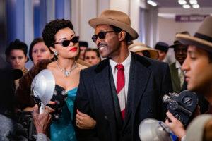 Andra Day als Billie Holiday wird gemeinsam mit ihrem Freund von Presseleuten umgarnt. Eine Szene aus The United States vs. Billie Holiday.