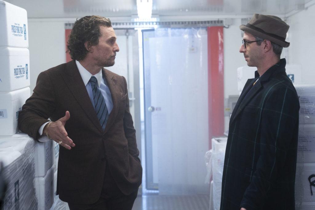Mickey Pearson (Matthew McConaughey) verhandelt in The Gentlemen mit Matthew Berger (Jeremy Strong) um sein Marihuana-Imperium