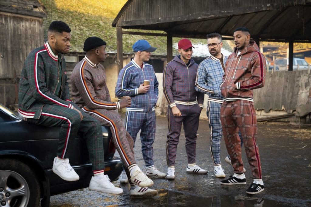 Colin Farrell als der Coach mit seiner Gang in The Gentlemen