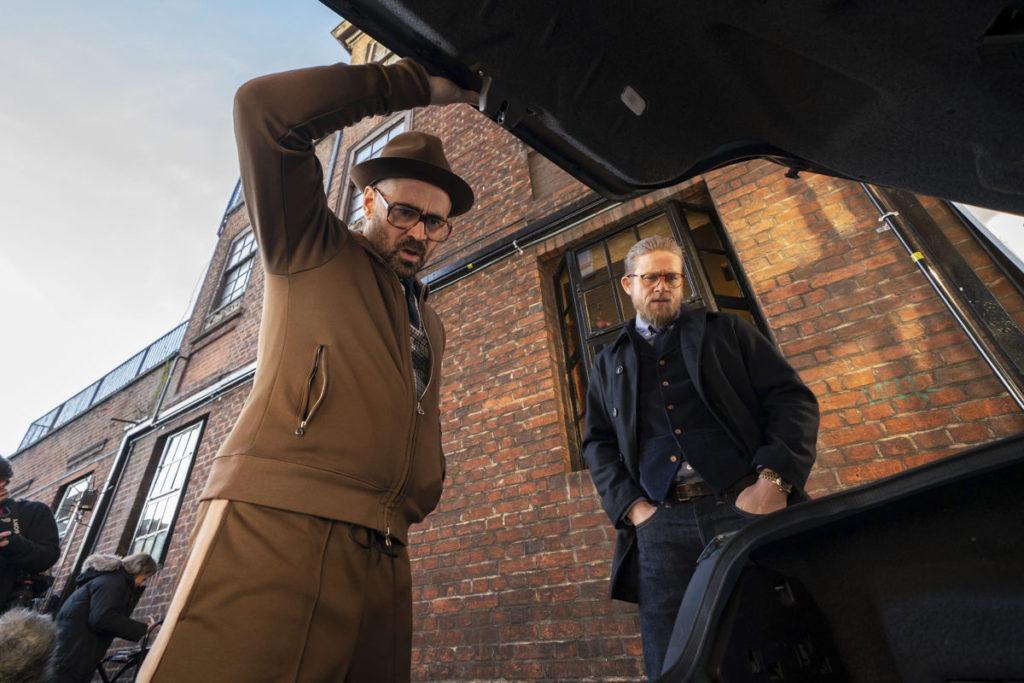 Der Coach (Colin Farrell) und Ray (Charlie Hunnam) öffnen in The Gentlemen einen Kofferraum - Neu bei Prime im Dezember 2020
