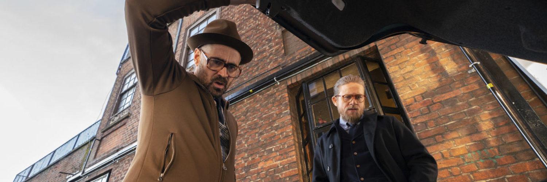 Der Coach (Colin Farrell) und Ray (Charlie Hunnam) öffnen in The Gentlemen einen Kofferraum