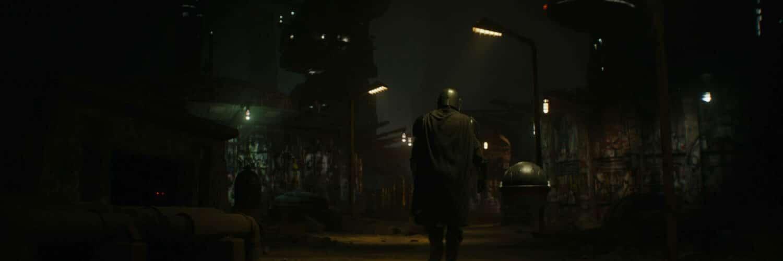 The Mandalorian zieht einsam durch die Straßen einer anderweltlichen Großstadt - Neu auf Disney+ im Dezember 2020