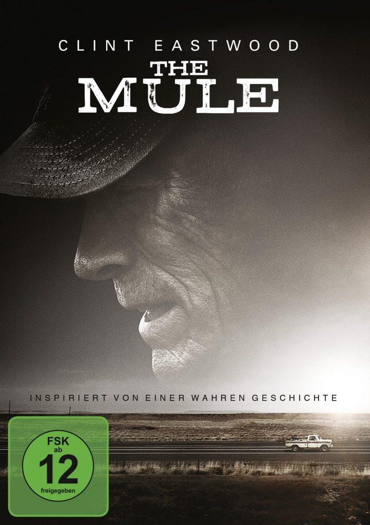 Das Cover der DVD von The Mule zeigt in braunen Sepia-Tönen das Profil von Clint Eastwoods verwittertem Gesicht. Er trägt ein Baseballcape auf dem Kopf. Darunter sieht man seinen Wagen über eine Landstraße fahren.