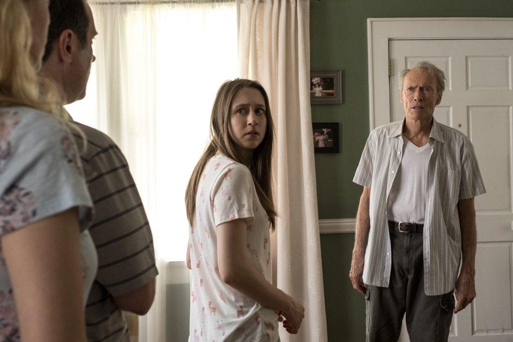 Earl Stones Tochter Iris, links im Bild, hält ihren Mann wie einen Schutzschild vor sich. Ihr Vater Earl Stone steht rechts vor der Tür und ist von der Ablehnung entsetzt. Auch Enkeltochter Ginny in der Mitte, blickt erschreckt zu ihrer Mutter. Sie steht zwischen den verfeindeten Lagern und hält noch zu ihrem Großvater.