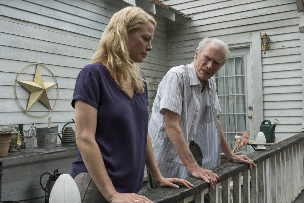 Earl Stone und seine Tochter Iris stehen auf einer Veranda, Stone etwa in der Bildmitte, Iris auf der linken Bildseite weiter im Vordergrund. Beide kommen nach jahrelangem Schweigen wieder miteinander ins Gespräch.