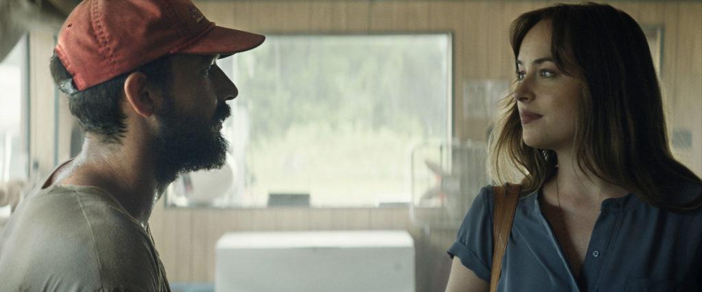 In The Peanut Butter Falcon sehen sich Terry (Links) und Eleanor (Rechts) in einem klenen Laden gegenseitig an